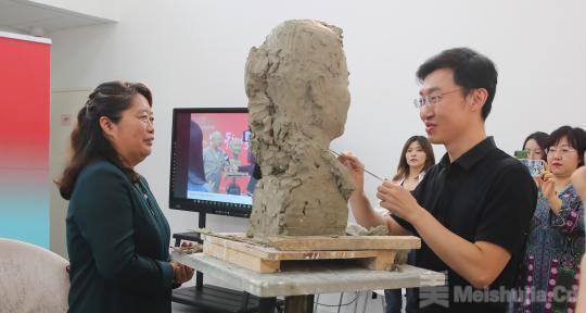 """中国美术馆""""为新时代人物塑像""""向教师致敬"""