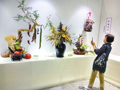 园博馆展出70组插花作品