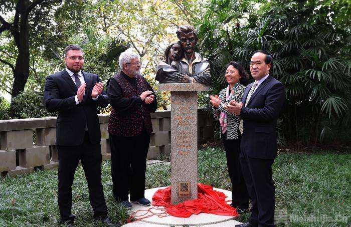 匈牙利爱国诗人裴多菲·山道尔夫妇雕塑在重庆落成