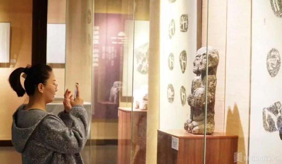 阿拉善岩画与居延汉简亮相宁夏博物馆