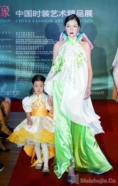 """悉尼展出""""丝路映像""""中国时装艺术精品"""