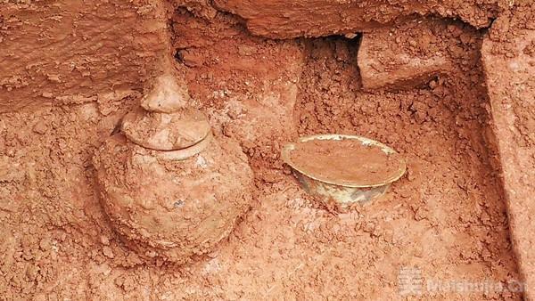 四川德阳一工地发现明代石室墓 出土明代青花碗和谷仓罐