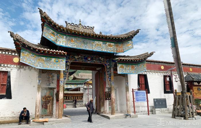 """探访""""藏画之乡""""青海热贡""""三教一街"""":各民族团结一家亲"""